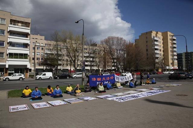 Cichy protest pod ambasadą ChRL upamiętniający Apel 25 kwietnia